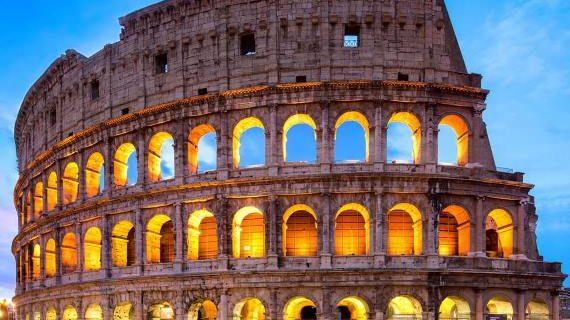 Voyageur seul au colisé à Rome