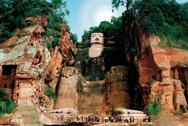 Sculpture De Bouddha Géant De Leshan