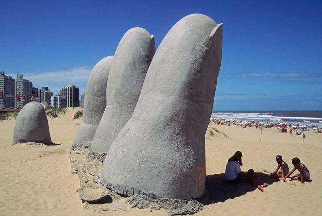 La main levante du géant à Brava Beach
