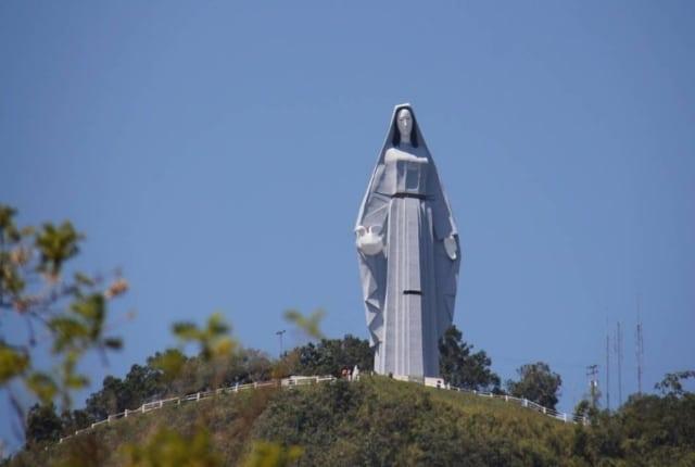 La statue massive de la Vierge Marie