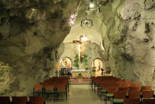Visitez l'église de la grotte de Budapest