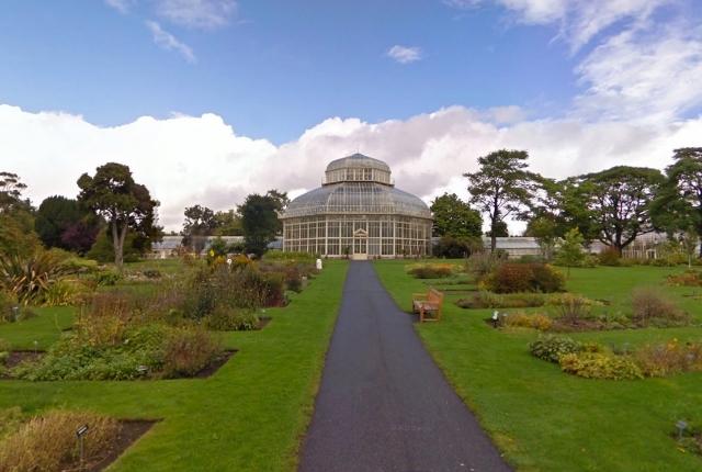 Voir les plantes et les étangs dans les jardins botaniques nationaux
