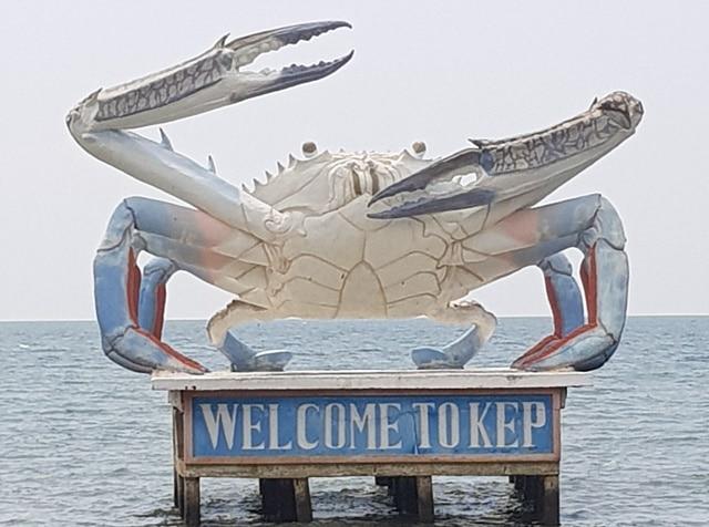 La statue du crabe aux pinces bleues à Kep: